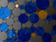 Cercles de grès cérame, émaux de verre bleus et tesselles d'or 24 carats découpés à la pince.  crédit photo : Agathe Tissier