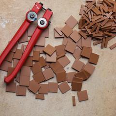Pince zagzag pour la découpe manuelle des tesselles de grès cérame.  crédit photo : Gaspard Mahieu