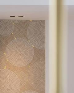 Mosaïque murale sur mesure dans un appartement privé. Grès cérame et tesselles d'or 24 carats.  crédit photo : Agathe Tissier