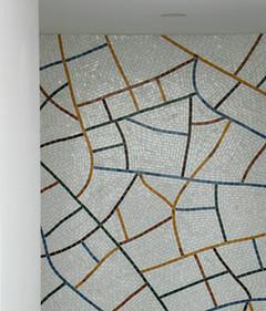 Mosaïque de marbre inspirée du craquelé des céramiques chinoises Guan.  crédit photo : Gaspard Mahieu