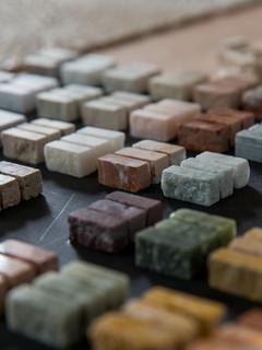 Nuancier de marbres en atelier.  crédit photo : Agathe Tissier