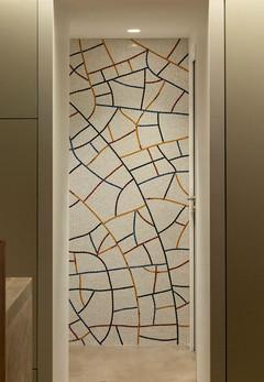 Mosaïque de marbre inspirée du craquelé des céramiques chinoises Guan.  crédit photo : Agathe Tissier