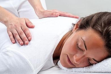 Frau erhält energetische Wirbelsäulenaufrichtung