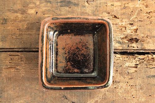 角黒釉深鉢