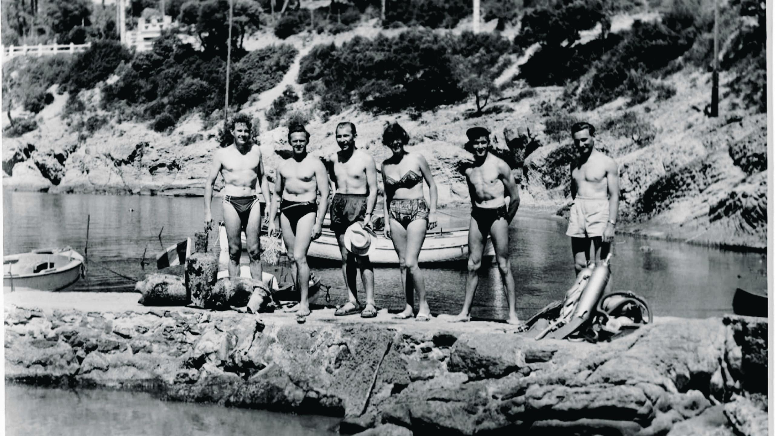 Jean-Jacques Fiechter 於是1953 年在法國南部Antibes 度假潛水時, 與他的指導員同樣佩戴五十噚潛水錶。