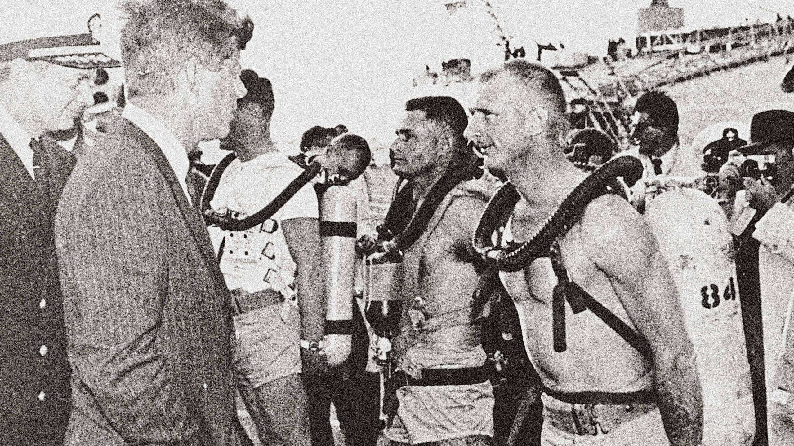 美國前總統John F. Kennedy 與US Navy Seals 隊員傾談,BLANCPAIN 五十噚潛水錶是他們的標準裝備。