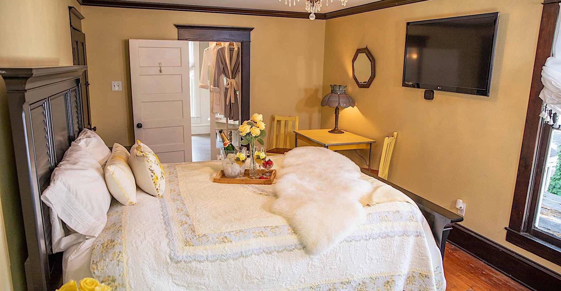 Yellow Rose Room-Red Gate Inn