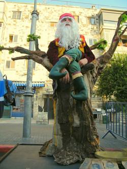 גמד על עץ