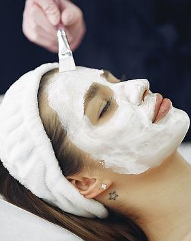 woman-with-white-facial-mask-3985338_edi