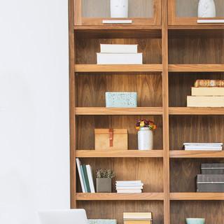 Dřevěné knižní regály