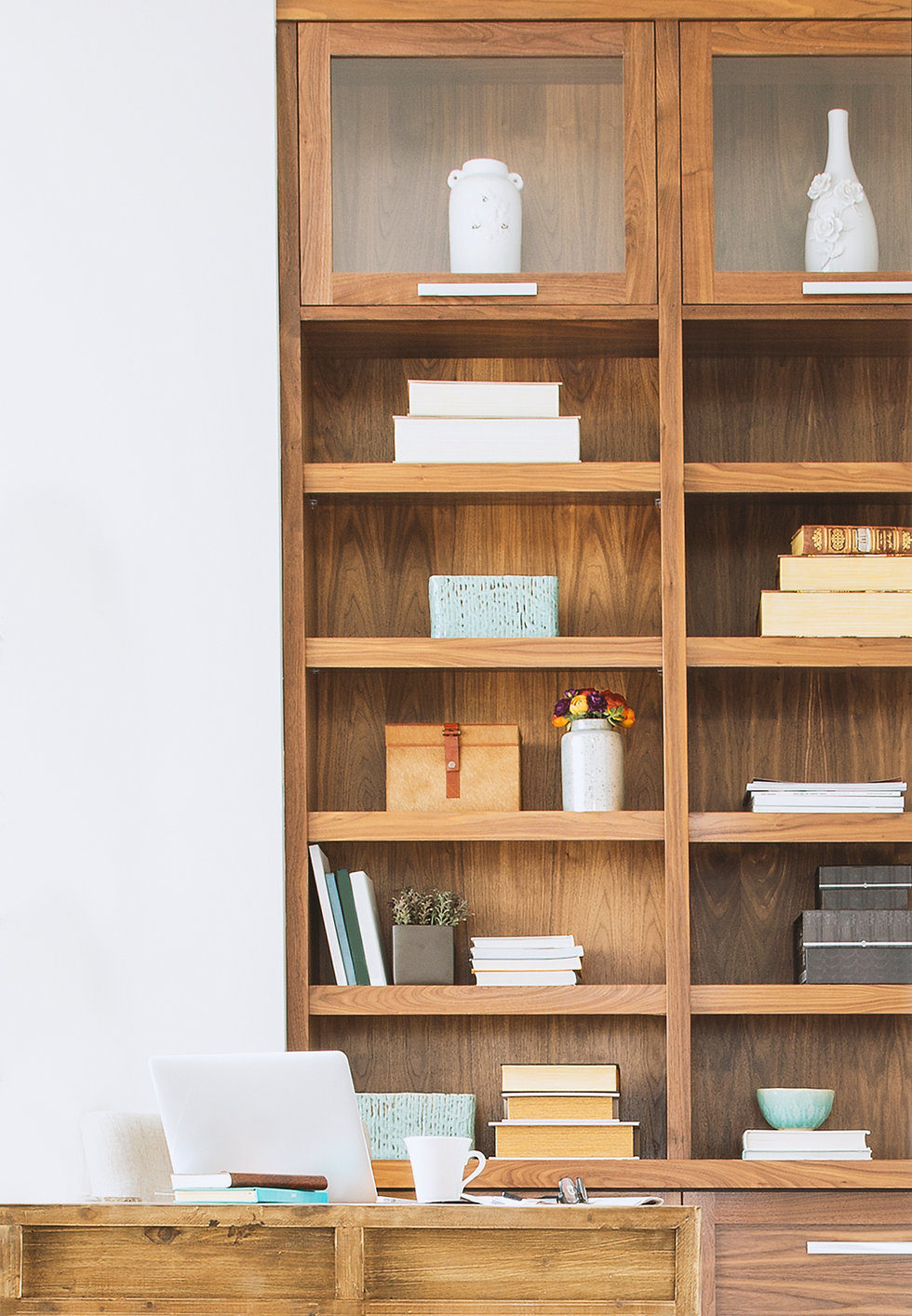 Prateleiras de livros de madeira