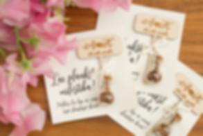 koka dekori kāzam, tegi dāvaniņām, dāvanu nozīmītes, kāzu uzlīmes, kāzu dekoriņi, kāzu dekori ar personalizāciju, dāvanas viesiem, pateicības dāvaniņas kāzu viesiem, paldiesdāvaniņas, dekoriņi ar personalizāciju