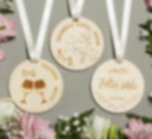 amatu medaljoni; amatu medaļas; amatu medaļas kāzām; amatu medaļas viesiem; amatu medaļjoni; amatu nozīmītes; amatu piespraudes; amatu piespraudītes; amatu sadale; amatu sadales medaļas; dāvana viesiem; izklaide viesiem kāzās; koka amatu medaljoni; koka amatu medaļas; koka amatu nozīmītes; koka medaljoni; koka medaļas; koka medaļas kāzām; koka medaļas kāzās; kāzu amati; kāzu amatu medaljoni; kāzu amatu medaļas; kāzu amatu nozīme; kāzu amatu nozīmes; kāzu atrakcija; kāzu atrakcijas; kāzu koka medaļas; kāzu medaļas; kāzu svinību dekors; kāzu tradīcijas; kāzu viesu amati; kāzu viesu izklaide; latviešu kāzu tradīcijas; latviskas kāzu izklaides; medaļas amatiem; medaļas amatu sadalei; medaļas no koka kāzās; skaistas kāzas; tradīcijas kāzās; viesu amati kāzās;