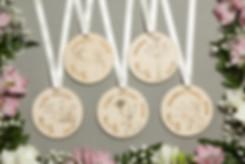 Koka amatu medaļas kāzām, personalizētas amatu medaļas, amatu medaļas, amatu piespraudes, amatu sadale, koka medaļas, medaļas amatiem.