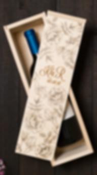 koka vīna kaste, vīna kaste ar gravējumu, vīna kaste ar personalizāciju, šapanieša kaste, kāzu dāvana, dāvana kāzās, dāvana jaunajam pārim