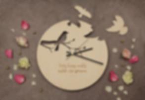 ar personalizētu gravējumu; dāvana jaunajai ģimenei; dāvana jaunlaulātajiem; dāvana kāzu dienā; dāvana kāzu gadadienā; dāvana kāzās; dāvanas vedējiem; idejas apdāvināšanai kāzās; idejas vedēju dāvanai; idejas viesu dāvanām kāzās; koka dāvana ar gravējumu; koka kāzu dāvana; koka pulkstenis kāzās; koka sienas pulkstenis; koka sienas pulksteņi; kāzu dāvanas; personalizēta dāvana kāzās; personalizēta dāvana vecākiem; personalizēta dāvana vedējiem; personalizētas dāvanas; personalizētas dāvanas kāzām; personalizētas dāvanas kāzās; personalizētas dāvaniņas; personalizēts gravējums; personalizēts koka pulkstenis; pulkstenis ar gravējumu; pulkstenis ar uzvārdu; pulkstenis ar ģimenes uzvārdu;