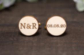 Koka aproču pogas ar pāra iniciāļiem un kāzu dienas datumu. Dāvana kāzās līgavainim.