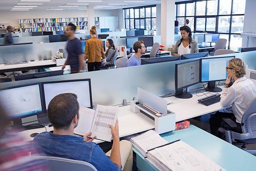 人們在開放式辦公室工作