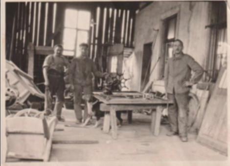 Gottlieb Laupper-Bruhin vorne rechts, der Sohn des Gründers mit Mitarbeiter