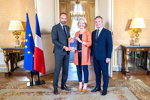 Anne Genetet remet au Premier ministre Edouard Philippe son rapport sur la mobilité internationale des Français