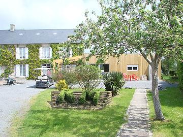 Le Camping REINE MATHILDE, camping 3 étoiles en Normandie se trouve niché dans un joli cadre de verdure, au calme, à 4 kms de la mer, au centre du circuit Touristique des plages du Débarquement (invasion 1944) et de la tapisserie de Bayeux.