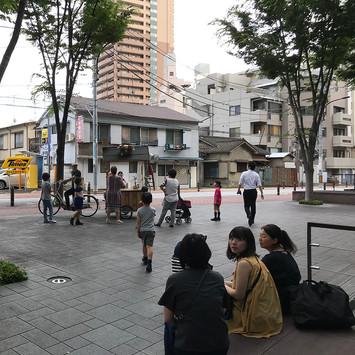 豊島区役所の広場で