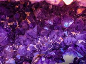 Gama de cristales púrpura oscuro:  Activación del Chakra corona, usos de la Amatista y Sugilita