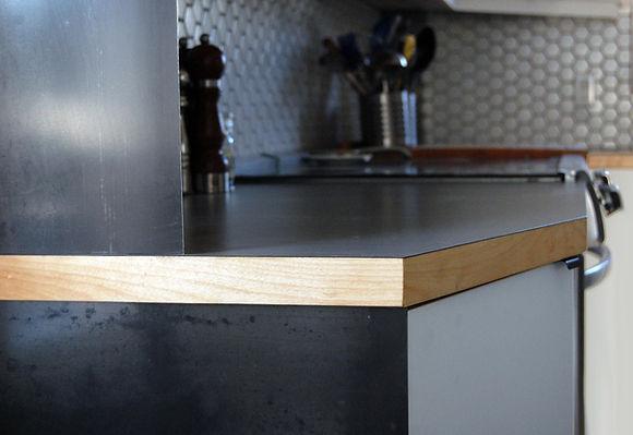 bois, acier brut, stratifié, alvéole , cuisine, blanc et noir, armoire, comptoir, finition, détail, design