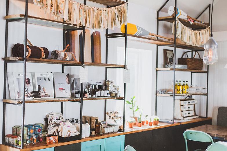 table, viellot, lampe vintage, foyer, café, vieux bois, bois de grange, banquette, restaurant, boutique, boucherville, mur brique blanche, design