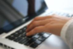 Hand auf Laptop