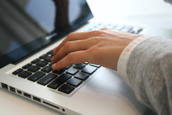 Mão no portátil
