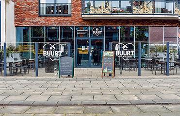 Het terras bi In De Buurt Eten & Drinken