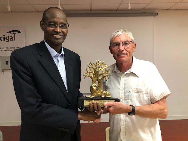 Chikhou Cissé remet au président ce trophée offert par le ministre de l'intérieur