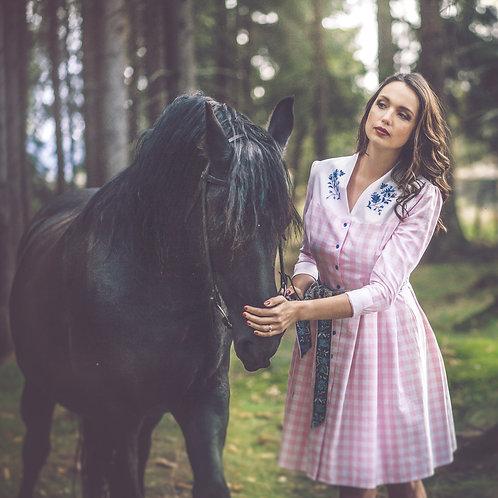 Ručně vyšívané kanafasové šaty