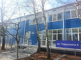 По договору с подрядчиком Promstroi-Grup запроектировал и выполнил работы в два этапа - сначала были построены морозильные камеры и административный корпус, второй очередью стало строительство сухих и морозильных складов.
