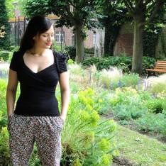 Un pantalon à fleurs