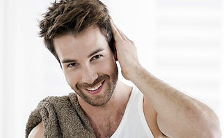 homem cuidando do cabelo