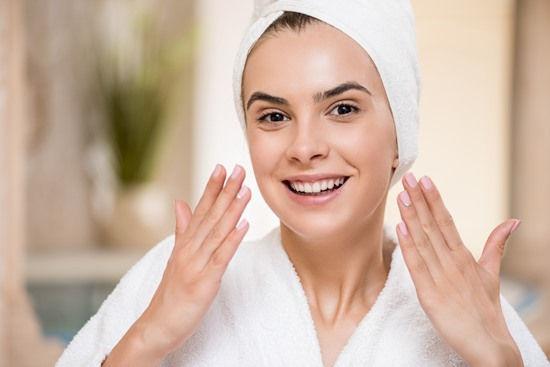 jovem mulher cuidando da pele - limpeza de pele