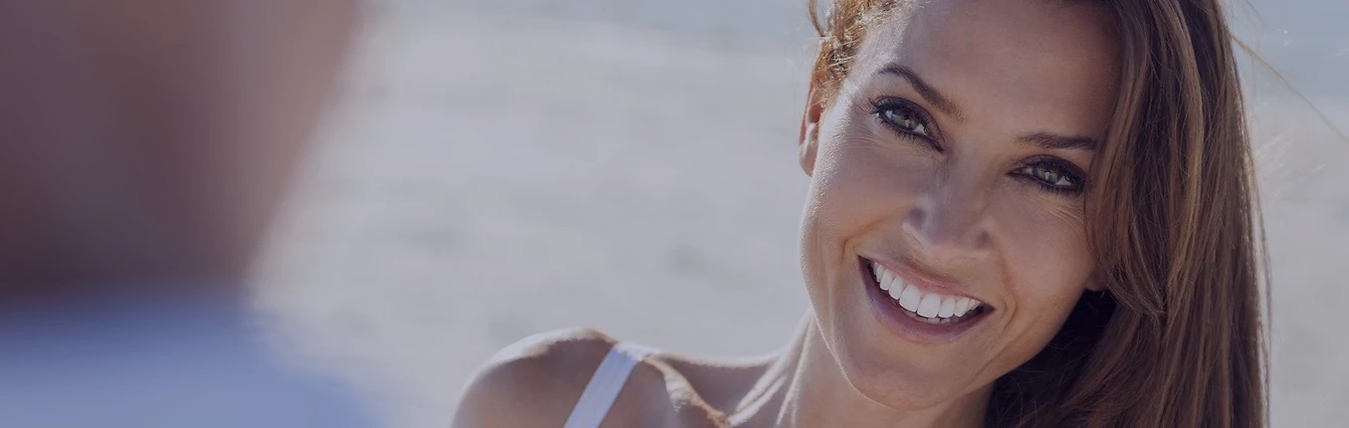 mulher sorrindo plena com pele fresca - tratamento flacidez da pele