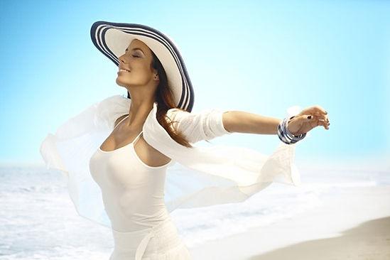 mulher feliz com rejuvenescimento intimo - criofrequencia