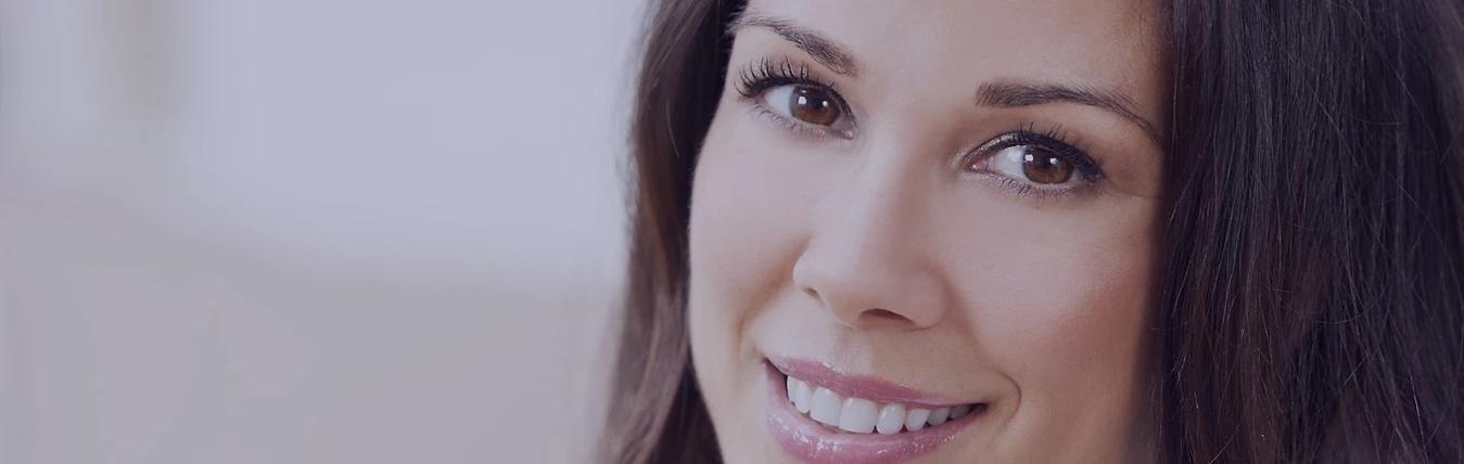 bela mulher com rosto sem olheiras - carboxiterapia para olheiras