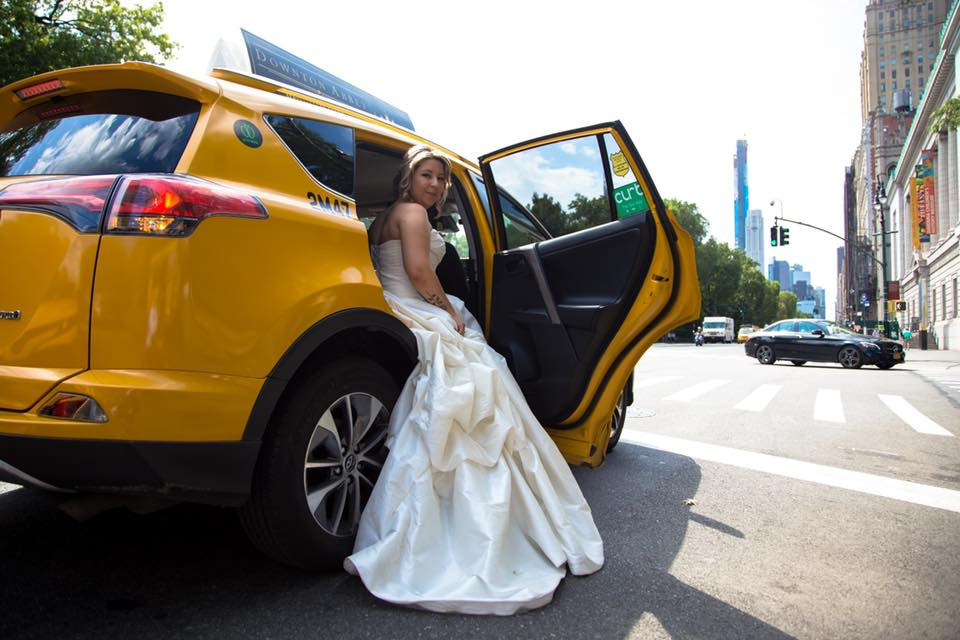 Sposa in taxi a New York