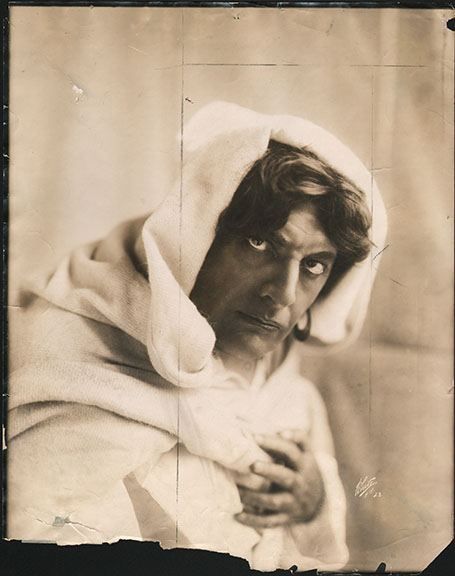 fp4335(White_PF_Theatrical_Othello_ActorHooded)