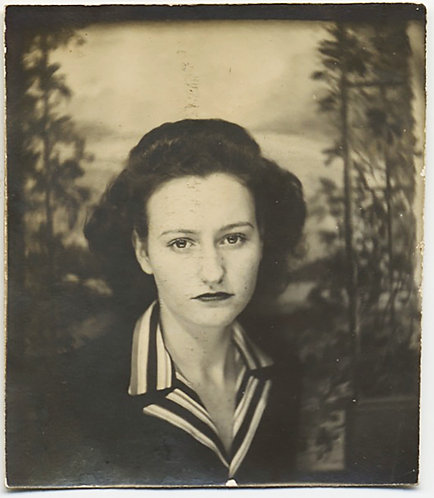 HAUNTING SERIOUS WOMAN w AWESOME STRIPED COLOR PHOTOBOOTH PAINTED BACKDROP