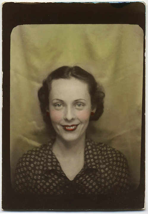 BEAUTIFUL ELEGANT SMILING WOMAN HAND TINTED PHOTOBOOTH PORTRAIT