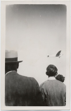 fp5833(CrowdWatchesAirplane)
