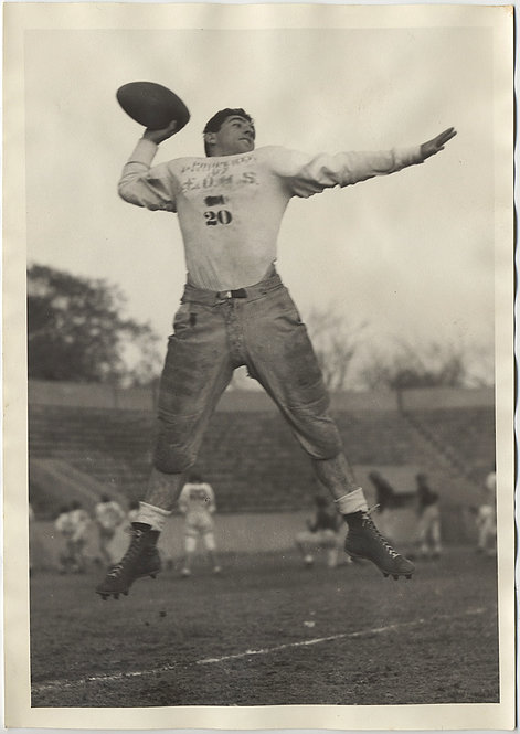 VINTAGE FOOTBALL PLAYER AIRBORNE THROWS TOSS LARGE PIC