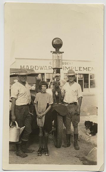 fp4504(Girl_RollerSkates_Men_Dogs_HardwareStore)