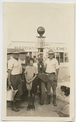 fp4504(Girl_RollerSkates_Men_Dogs_HardwareStore)