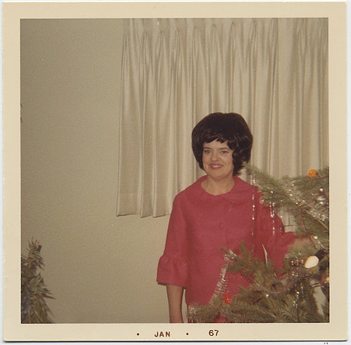 60s WOMEN in PINK RED DRESS GREAT HAIR WHITE ROOM EMERGES from BEHIND XMAS TREE!